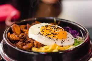 bibimbap med stekt ägg foto