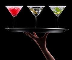 alkohol cocktail uppsättning på en svart foto