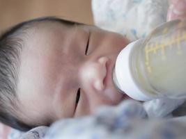 baby dricka mjölk foto