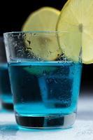glas med alkoholdrink foto