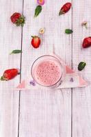 färsk läcker jordgubbsmoothie foto