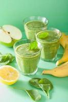frisk grön smoothie med spenat lämnar äpple citron banan foto