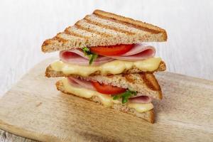 rostat brödsmörgås grillad skinka med ost och tomater foto