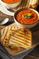 grillad ostsmörgås med tomatsoppa foto