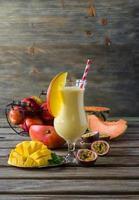tropisk mango, melon, persika och passionsfrukt smoothie för läka foto