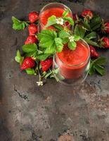 hälsosam färsk jordgubbsmoothie. detox mat koncept foto