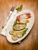 blandade grönsaker grillad med scamorzaost foto