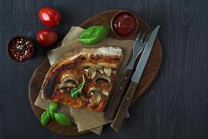 rustik hemlagad pizza - närbild. foto