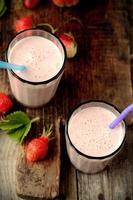 hälsosam näringsrik tropisk smoothie med jordgubbar foto