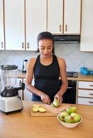 kvinna förbereder frukt smoothie foto