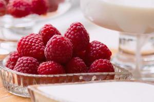 ingredienser: hallon, mjölk, grädde foto