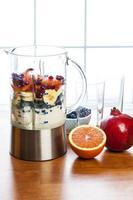 förbereda smoothies med frukt och yoghurt foto