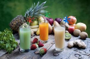 juice av blandad frukt foto
