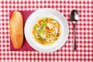 grönsakssoppa med nudlar foto