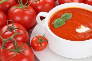 tomat gräddsoppa med tomater i skålen foto