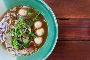skål med skarp thailändsk fläsknudelsoppa foto