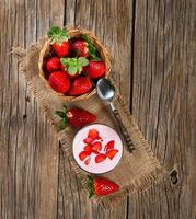 glas jordgubbsyoghurt, med färska jordgubbar foto