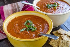 färsk hemlagad tomatsoppa foto