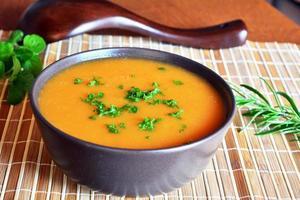 krämig butternut squashsoppa i keramisk skål foto