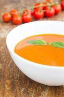 tallrik med minestronsoppa med körsbärstomat foto