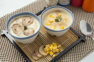 svamp gräddsoppa och majs soppa foto
