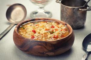 skål med minestronsoppa med lins foto