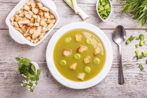 purjolök och potatis soppa foto