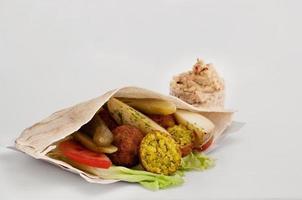 falafel med grönsaker i pitabröd och sås