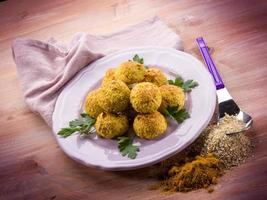 vegetariska köttbullar med havre ricotta och curry foto