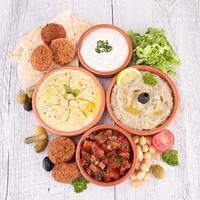 hummus, falafel och andra mezze foto