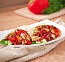 pitabröd fylld med kyckling och paprika foto