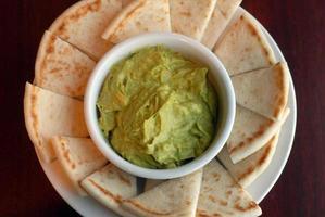 guacamole och pitabröd foto