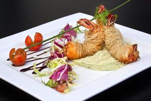 maträtt med räkor och guacamole foto