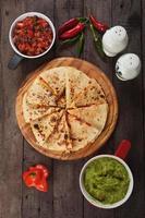 quesadilla med guacamole och salsa foto