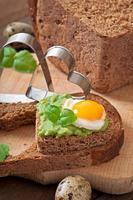 smörgås med avokadopasta och ägg foto