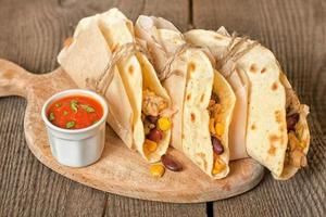 tortilla med kyckling, grönsaker och ost