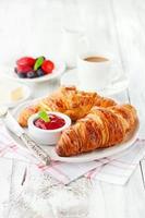 färska croissanter med sylt foto