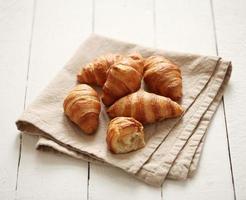 färska franska croissanter på en duk foto