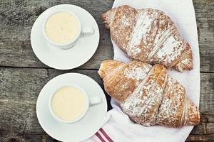 """kopp kaffe """"espresso"""" och croissant. foto"""