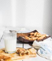 bagelskex från kort bakverk fylld med kondenserad mjölk foto
