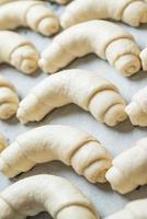 croissant förberedd för bakning foto