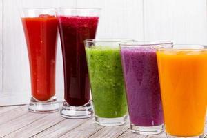 färsk frukt och grönsaksjuice. smoothie. närbild. studiofotografering. foto