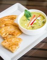 grön curry kycklingsoppa med nan foto
