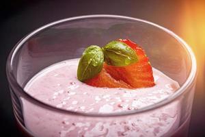 närbild av en jordgubbsmjölkshake foto