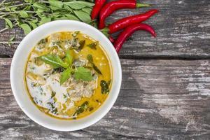 thailändsk kycklinggrön curry med gammal träbakgrund