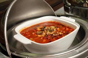 thailändsk maträtt, kyckling i röd curry. foto