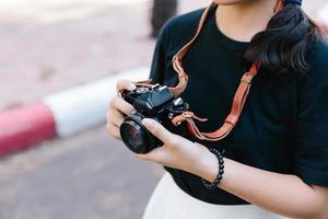 tjej med vintage filmkamera foto