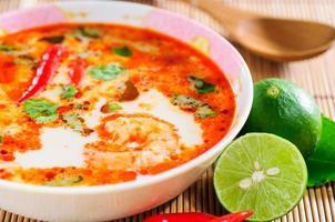 tom yam kung - thailändska rätter på nära håll kryddig
