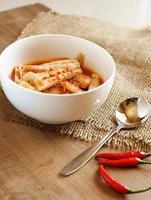 kaeng som - kryddig soppa, thailändsk mat foto