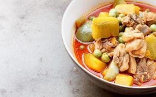 thailändsk mat - varm curry kyckling med pumpa foto